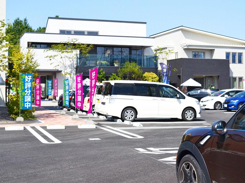 駐車場が大きな路面店でののぼり設置例